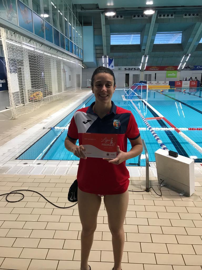 Amanda Triviño rep el premi a millor jugadora de la jornada 13 de Divisió d'Honor Femenina de waterpolo