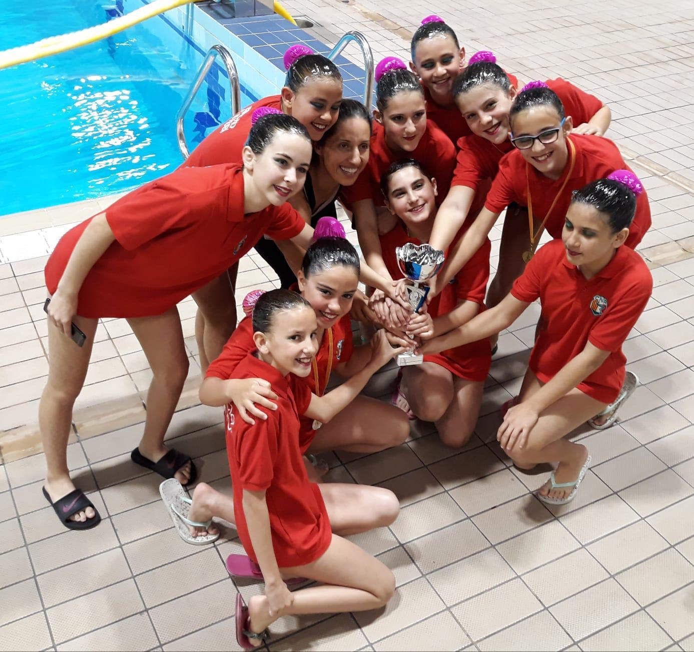 Sis pòdiums de les noies de natació artística a la primera fase de la competició escolar del CEEB